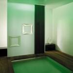 Modern yeşil ışıklandırmasıyla duş yeri